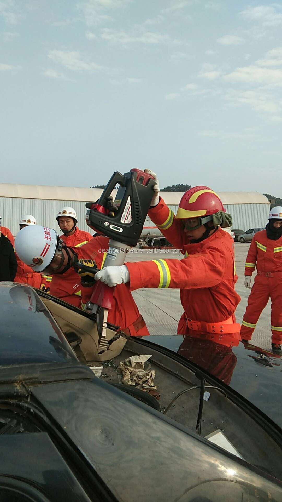 Manual sling, rescue equipment and hydraulic safety equipment