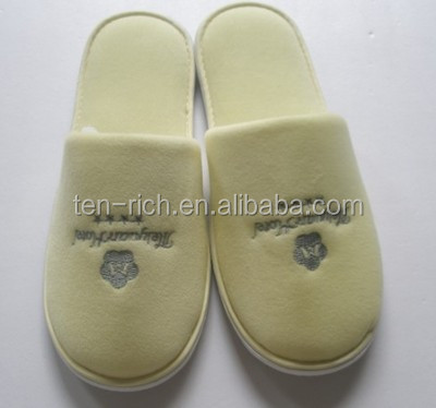 Disposable terry cloth flip flop slippers, White hotel slipper with embroideried customized logo
