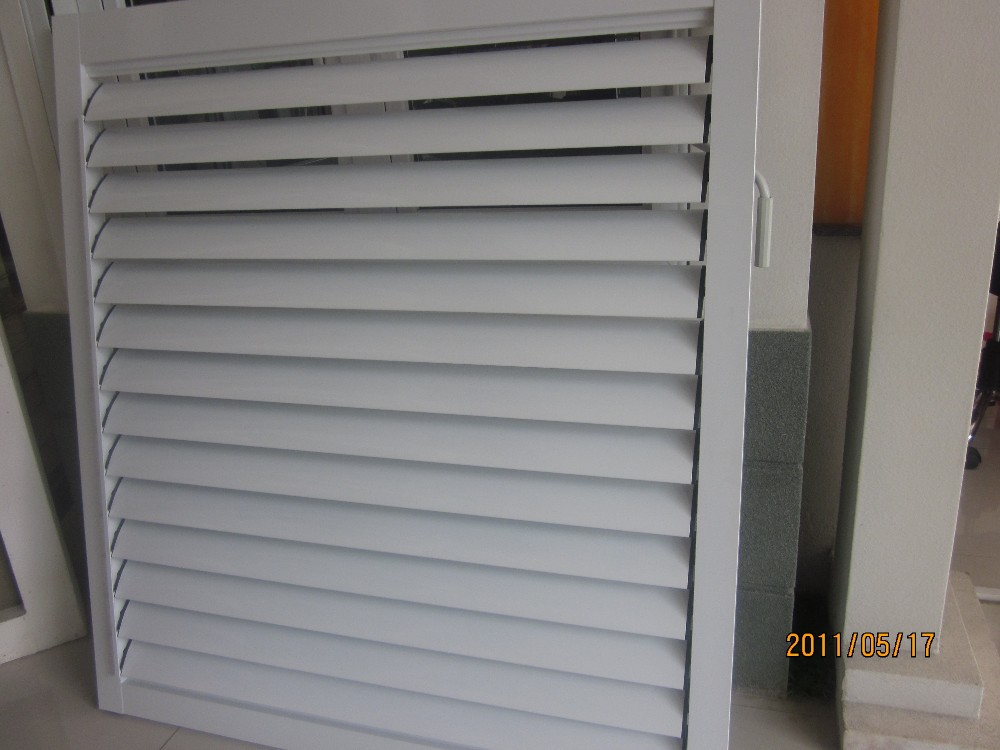 Ventana de celos a de aluminio con persianas ventanas for Puerta tipo louver