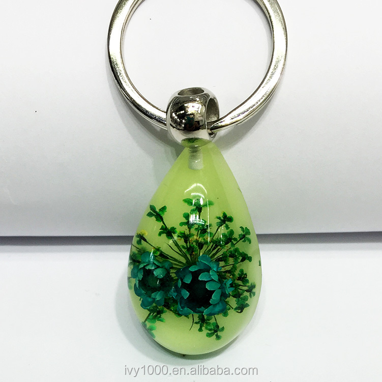 China supplier promotion fashion manufacture long service life glowing crystal keychain epoxy resin dry flower keychain