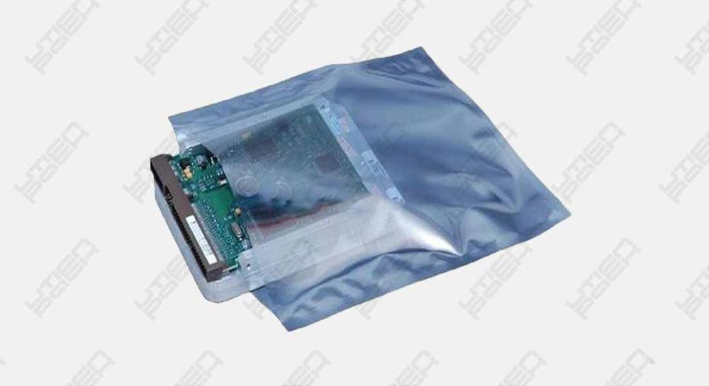 Electronic parts vacuum sealing packaging machine for chip board