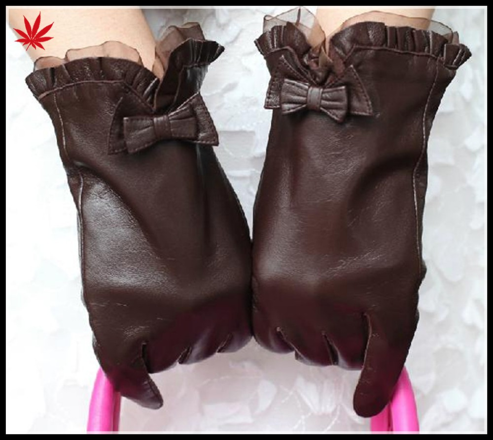 Women 's classic leather gloves with lace cuff