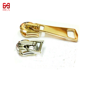 2018 Hot sale zinc alloy shiny gold A/L metal zipper slider with beautiful pullers