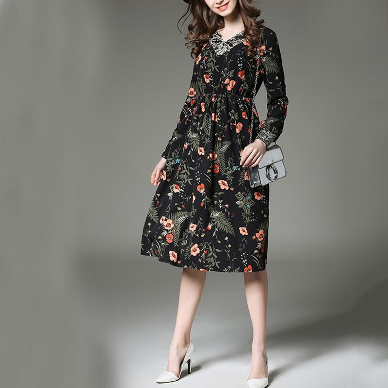 Девушка в платье с длинным рукавом