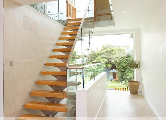 escalera con vidrio templado paso madera pasamano escalera interior paso banda de rodadura construccin arquitecto