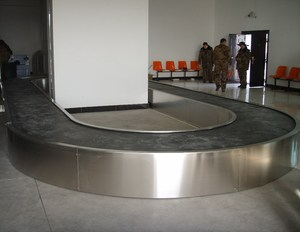Friction driven airport flat luggage carousel/ incline loop Aviation baggage conveyor
