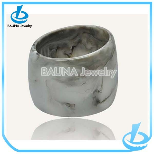 Hot sale chunky plain wide fashion jewelry initial resin bangle made in China
