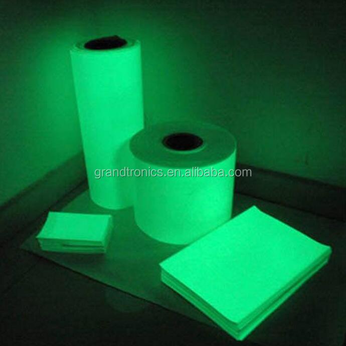 пластик с фотолюминесцентным слоем спроектирован так, что