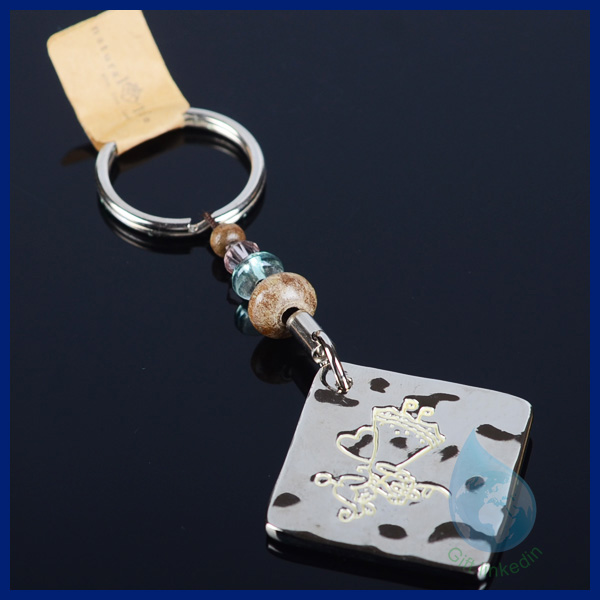 Square metal hammer key chain with plastic beads/metal wedding souvenir keychain china supplier