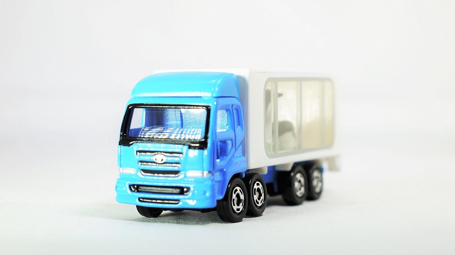 TAKARA TOMY TOMICA Commercial Vehicle Typus TRUCK ANIMAL CARRIER PENGUIN 47 Vehicle Diecast White & Blue Color