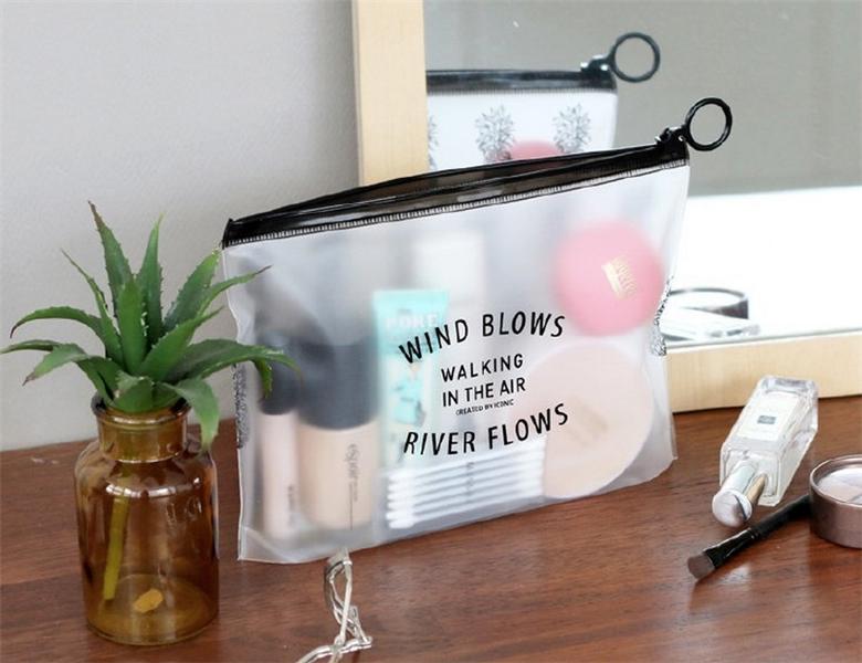 حقيبة مستحضرات تجميل بلاستيكية شفافة للسفر بسعر الجملة ، حقيبة مكياج pvc شفافة مطبوعة بشعار مخصص