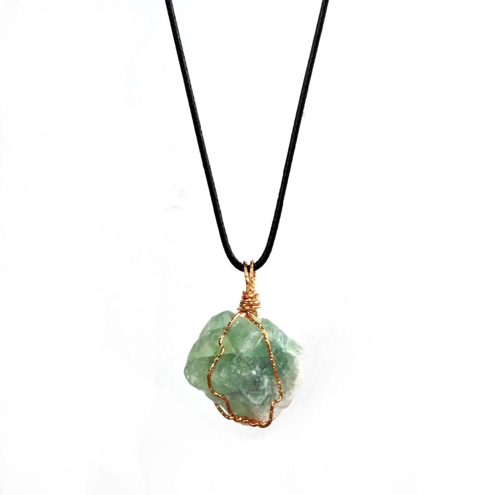 des bijoux collier chakra plaqué or pierres irréguliers cristaux naturels
