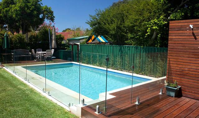 Frameless glass railing spigot pool fence