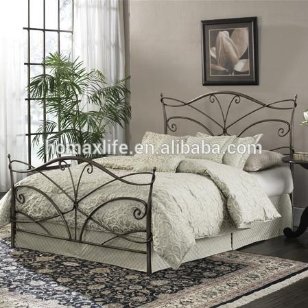Moderna cama de hierro forjado con listones de madera para muebles ...
