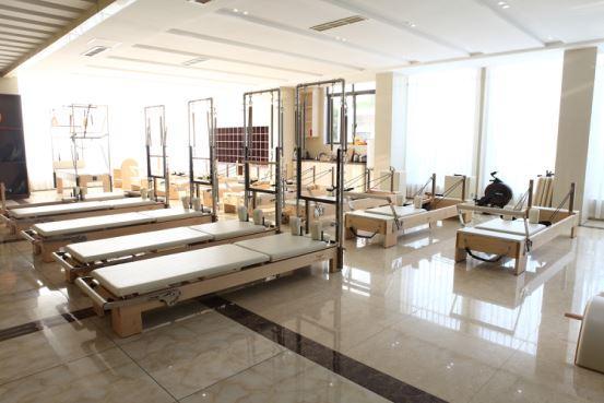 Vücut Dengeli Pilates reformer ekipmanları Sıcak satış Ev fitness ekipmanları Ahşap pilates cadillac reformer