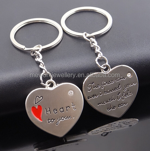 Promotional cheap price hearts catching love wedding souvenir keychain
