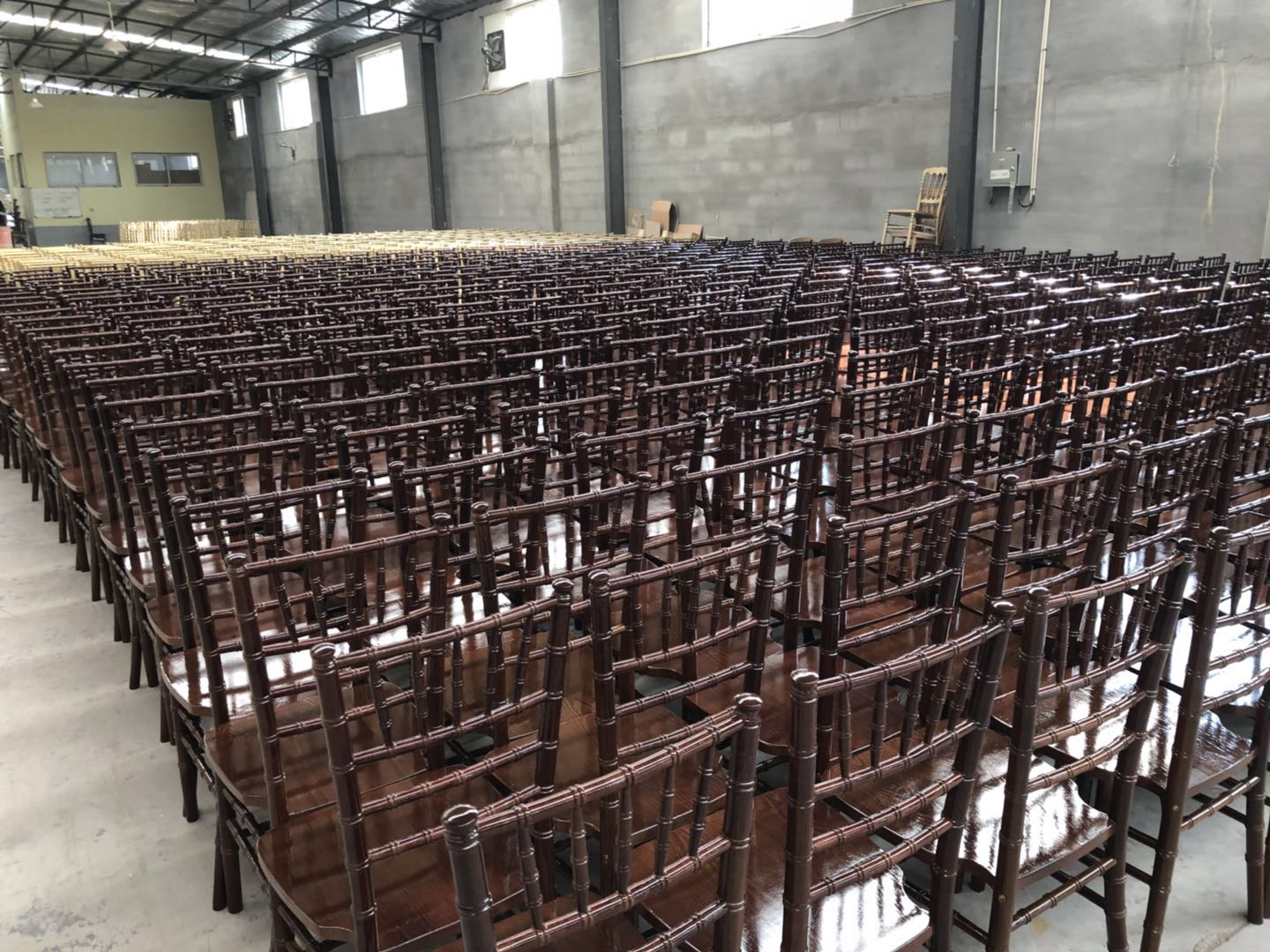 Good quality cheap wedding stackable chair wholesale wood chivari chairs dining chairs in wood