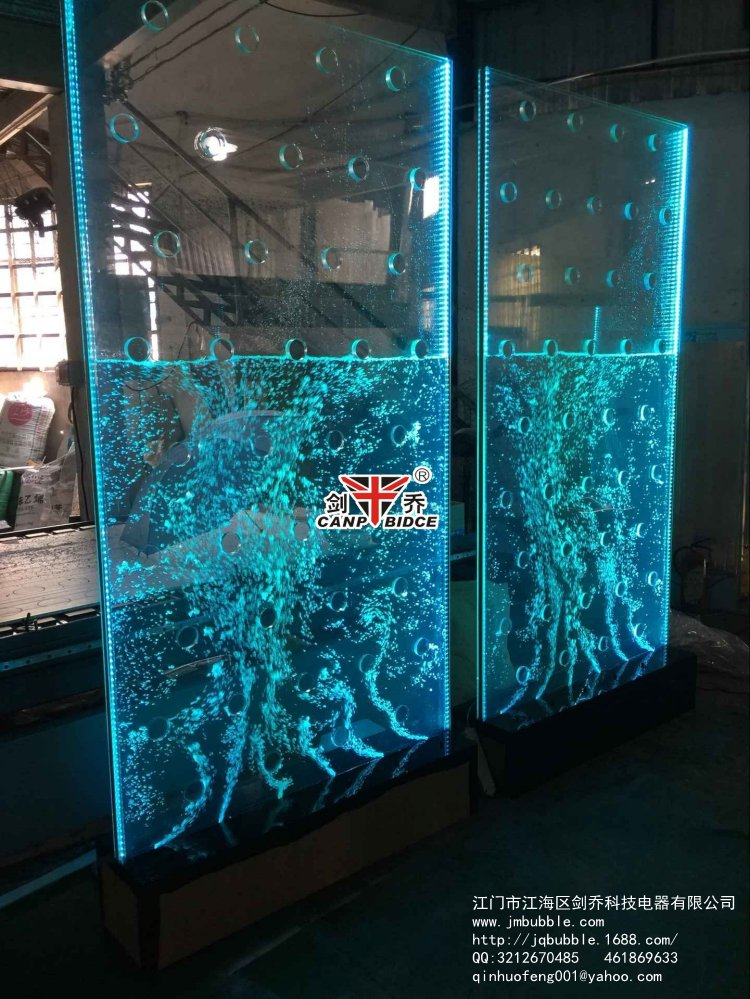 Acquario parete divisoria casamia idea di immagine for Acquario a colonna