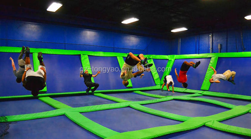 Grand luxe trampoline int rieur avec de basket ball for Brulure et piscine