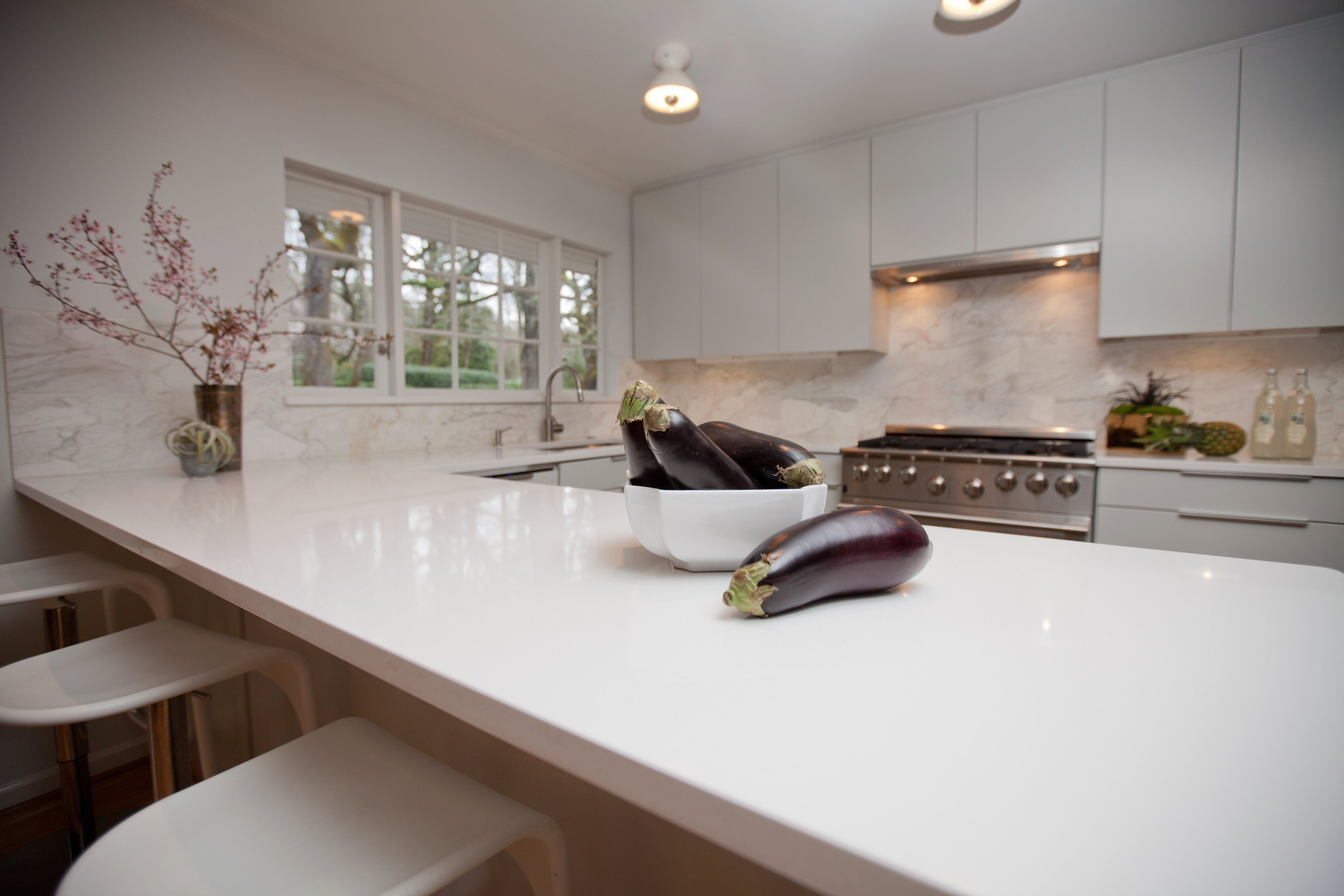 white mist quartz stone kitchen countertop white color with blue onyx sparkle quartz stone tiles countertop