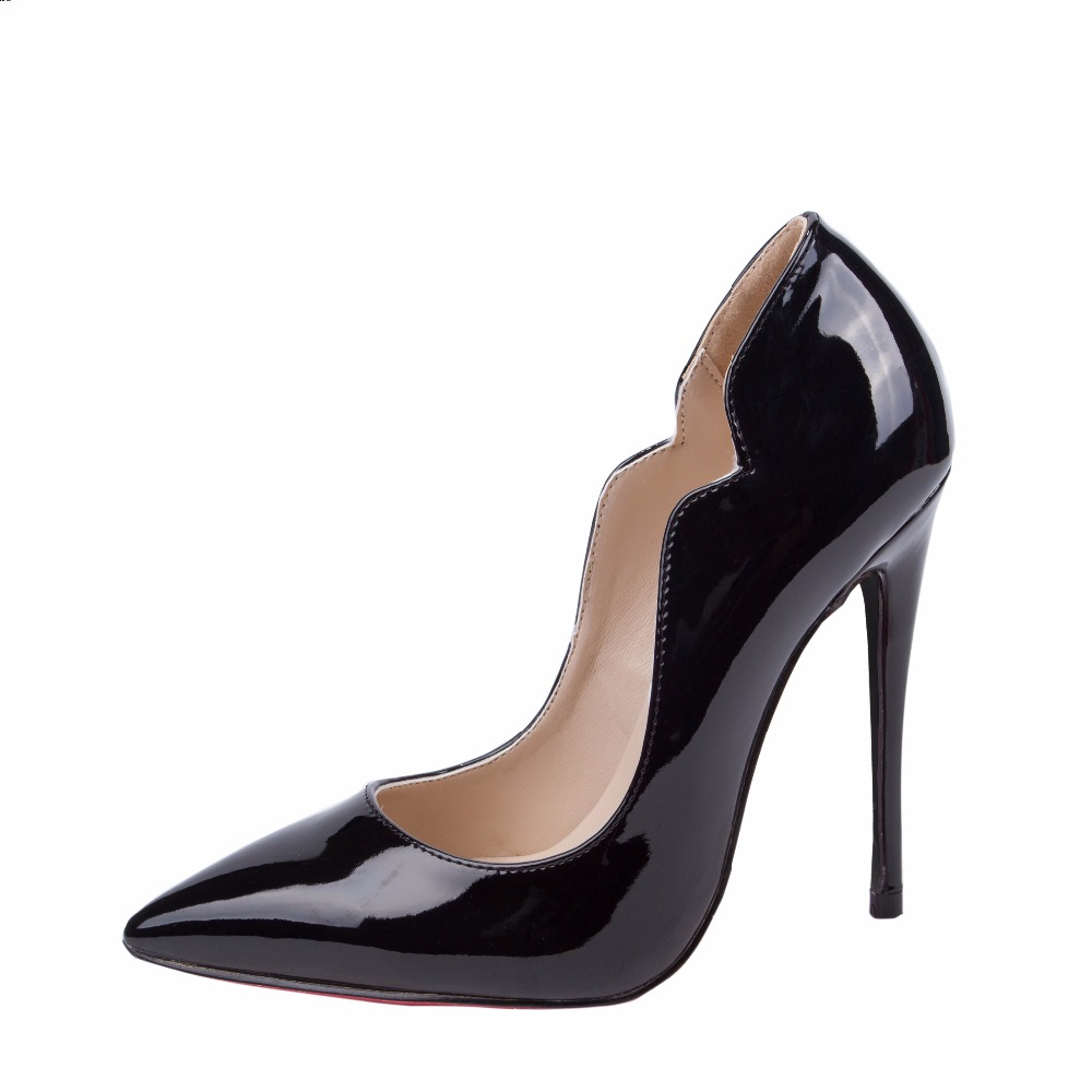 The very essence of femininity, pumps go with everything, as Christian Dior used to say. For daywear or eveningwear, Dior pumps feature feminine curves and luxurious materials, designed to accentuate the figure with the ultimate in elegance.
