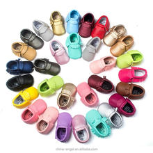 26 Colori Nappe PU <span class=keywords><strong>Bambino</strong></span> <span class=keywords><strong>di</strong></span> Cuoio Scarpe Mocassini <span class=keywords><strong>Bambino</strong></span> Neonato Scarpe Morbide Neonati Presepe Shoes Sneakers Primo Camminatore