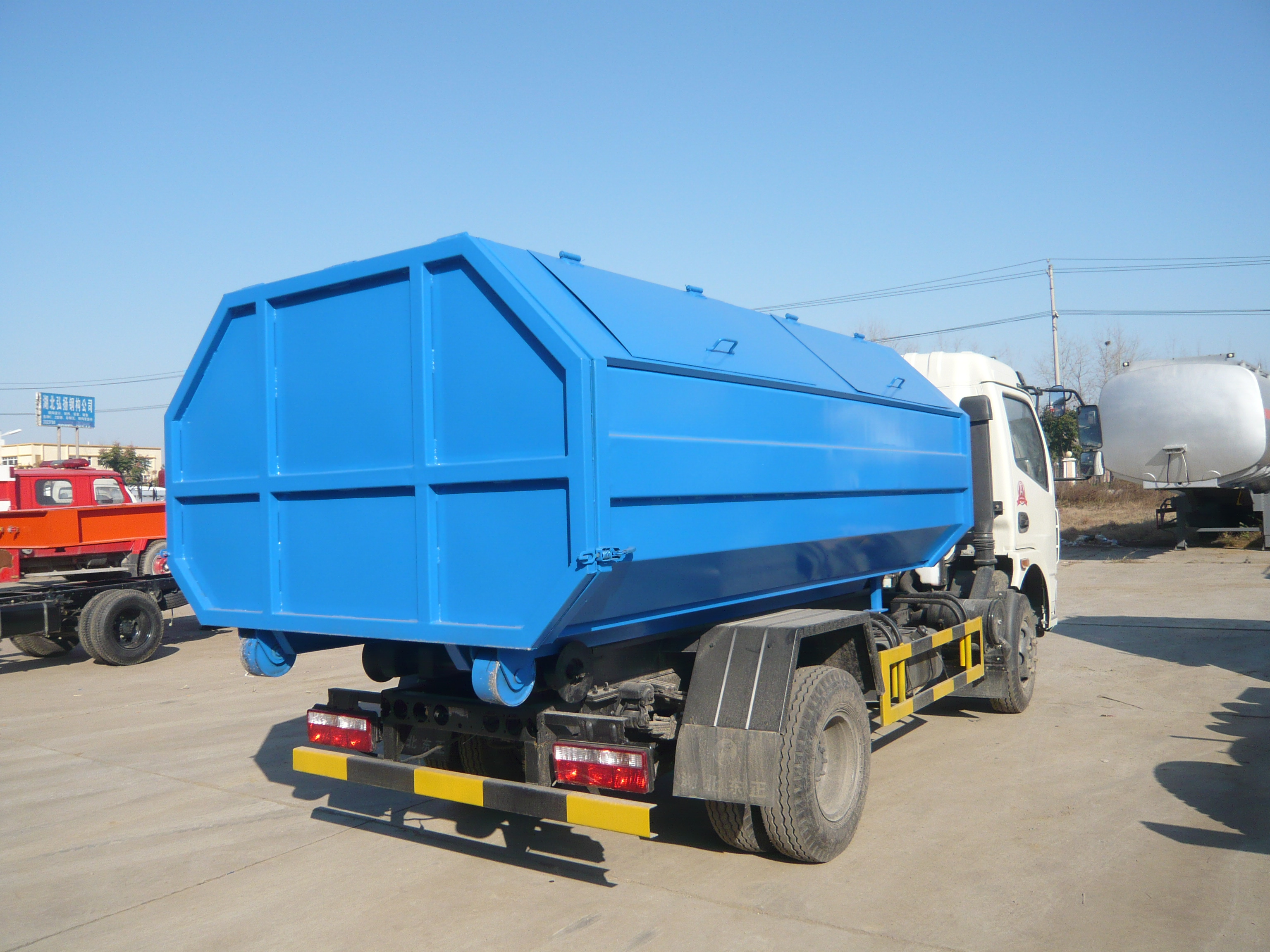 Dongfeng 5cbm Hook Lift Garbage Truck in Europe