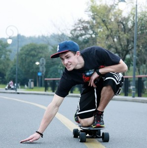4 Wheel Drive Wireless Electric Skateboard