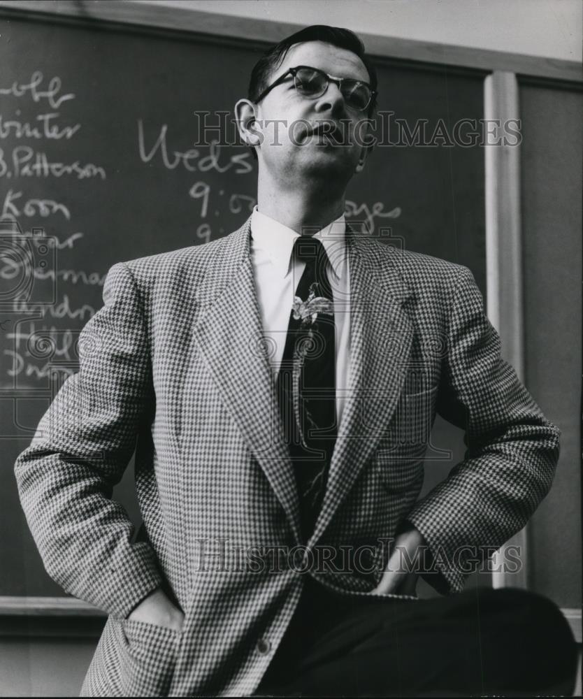 1954 Press Photo Dean Gordon A. Sabine, head of the school of journalism