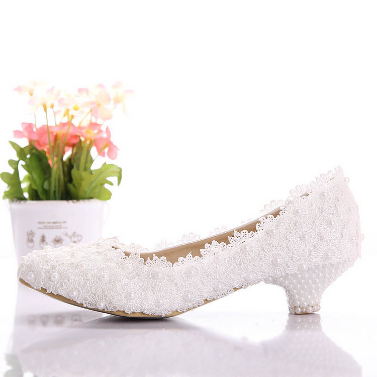 Aesthetic White Lace Flower White Wedding Shoes Pearl Rhinestone Handmade Customized Low Heeled Shoes for Brides