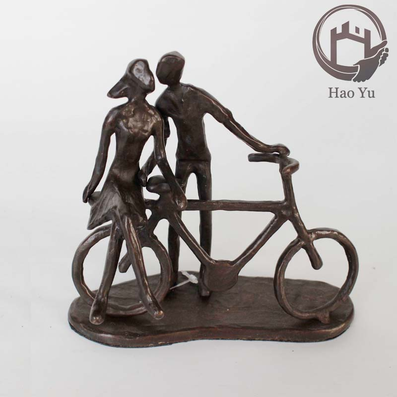 cast iron love couple kissing on bicycle sculpture for home decoration