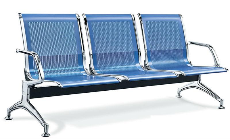 Tres de los asientos de cuatro personas esperando en el for Sillas para hospital