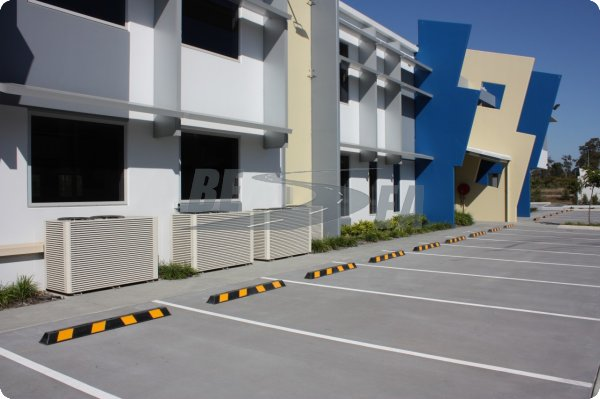 Road Safety Product:Black & Yellow 1.65 Meter Rubber Parking Curb