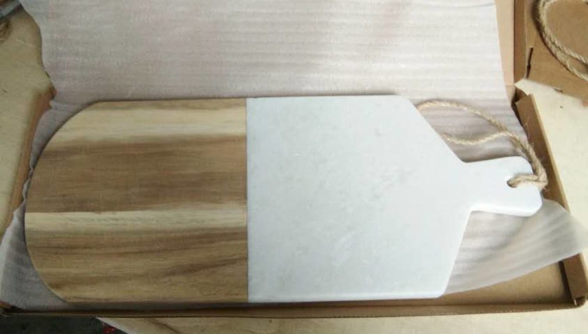 <strong>Natural</strong> White Marble with wood tray