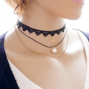 collier ras de cou avec croix