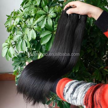fille noire jouant dans sa chatte