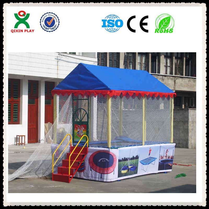 Güvenlik ağı olan çocuklar için trambolin, çocuklar için güvenli bir eğlencedir