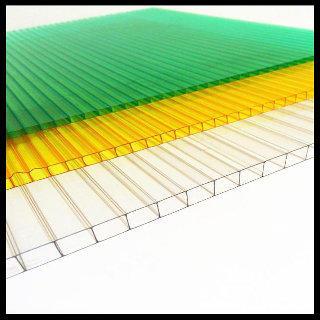 l'installation de feuilles de polycarbonate ondulé
