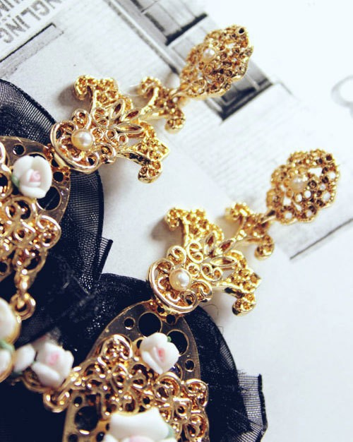 2015 New Baroque Palace Catwalk Metal Mosaic Hollow resin flowers earrings