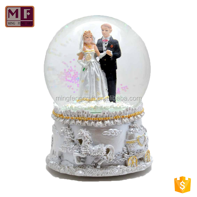 Aangepaste Lovely Resin Wedding Gunsten Snow Globe te koop
