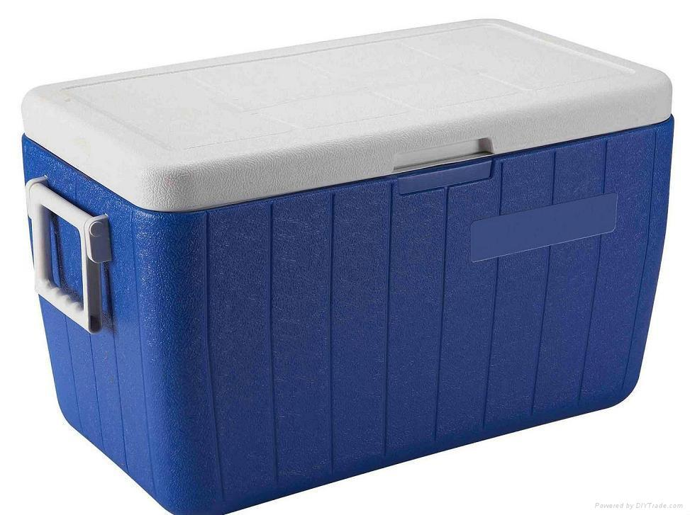 What is a 12V Cooler? An innovation that combines state-of-the-art equipment and consumer's needs, 12V coolers, are sophisticated versions of your standard ice samp-cross.mlucted for traveling, this plug in cooler for car travel fits into your vehicle to keep your perishables from spoiling during your road trip.