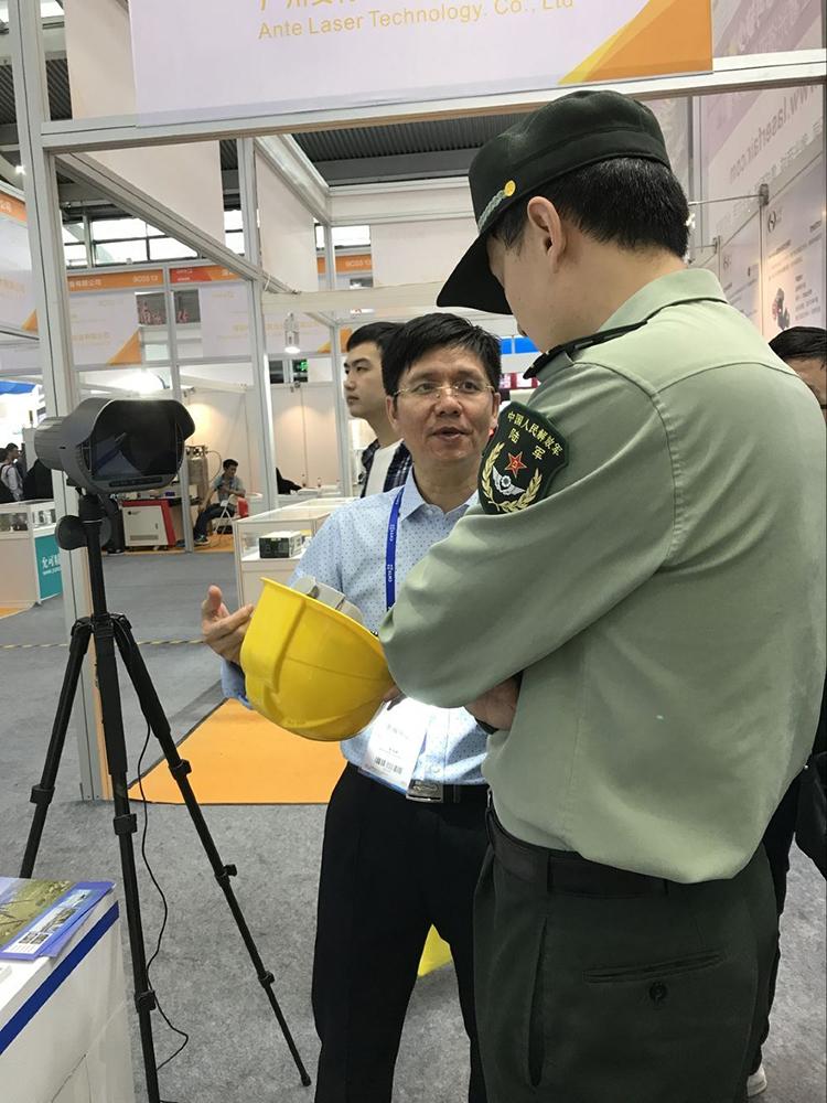 Akses Internet Nirkabel IP67 Wearable 4G Helm Kamera 1080P Tubuh Dipakai Kamera Video Perekam Putih Senter dan Laser Merah pointer