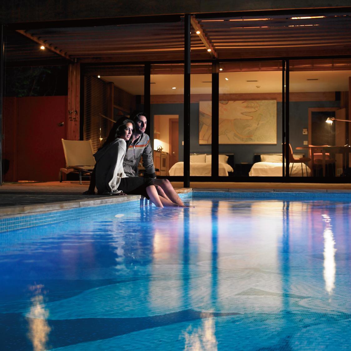 Пизда наедине ночью у бассейна парочка втихаря