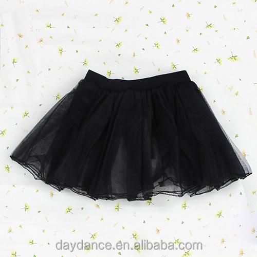 Девчонки танцуют в мини юбках