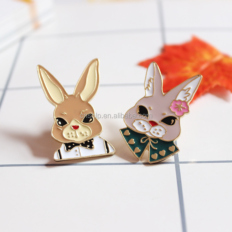 Charming cheap metal enamel couple souvenir lovely lapel pins