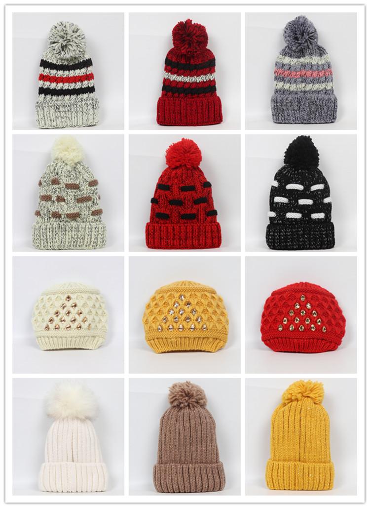 ファッション黒、白のアクリルトップ bom bom ビーニーキャップボール OEM ジャカード織りカスタムロゴレター冬暖かいニットビーニー帽子