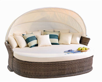 Italy Outdoor Furniture Made In China, Curved Rattan Sofa , Poly Rattan  Daybed With Canopy