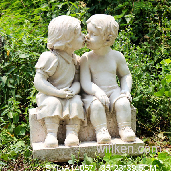 Hot sale fiberglass kissing children garden statue