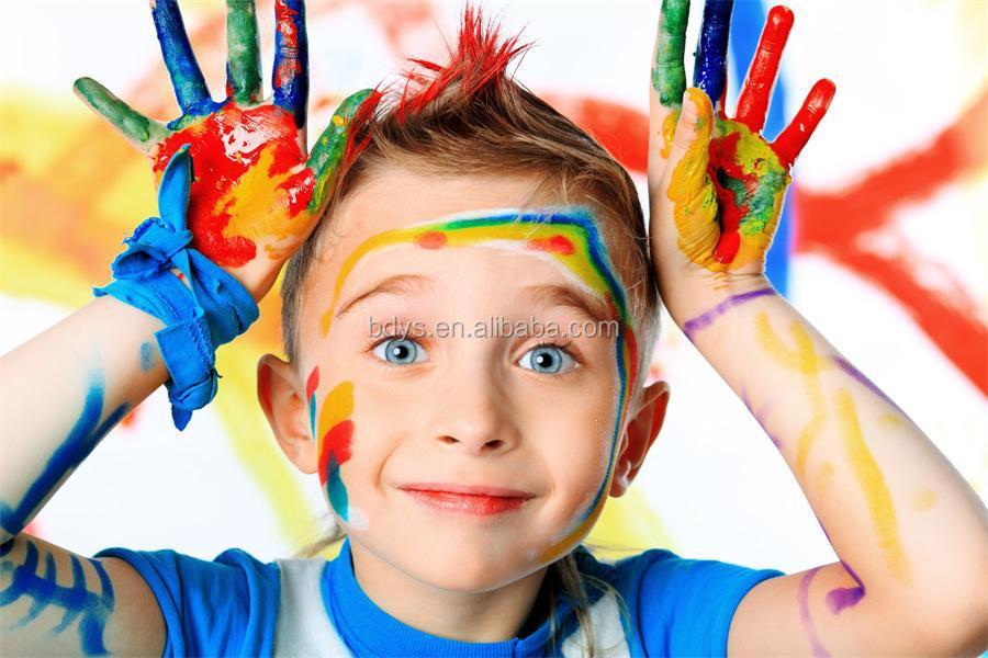 çocuk Bir Palyaço Yüzü Yapmak Için Yüz Boyama Renkleri Giyinmek
