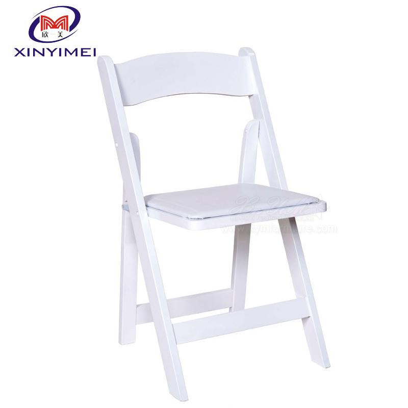 y un día más desperté sola en estas sillas blancas